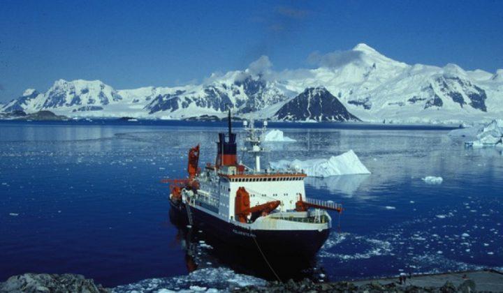 Das Forschungsschiff Polarstern in der Antarktis