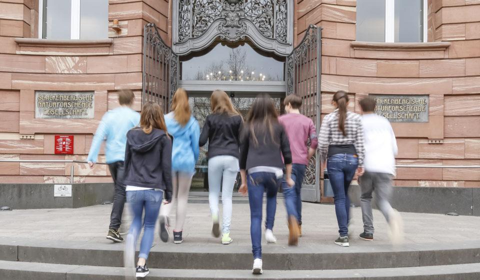 Besucher vor Museum Außenansicht