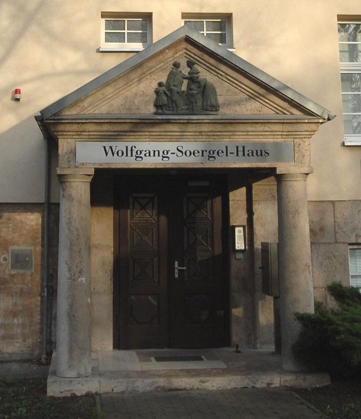 Blick auf das Eingangsportal der Forschungsstation für Quartärpaläontologie Weimar im Frühling