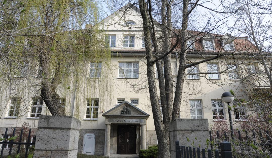 Blick auf das Gebäude der Forschungsstation für Quartärpaläontologie Weimar im Frühling