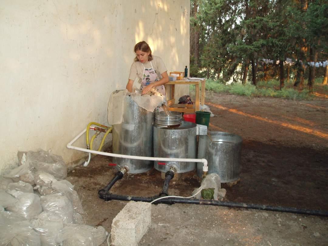 Katrin Hieke bei der Extraktion archäobotanischer Reste aus Sedimentproben (Säcke im Vordergrund) mit Hilfe einer Flotationsmaschine in der bronzezeitlichen Siedlung von Tell Atchana