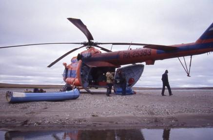 Hubschrauber bei einer Arktisexpedition
