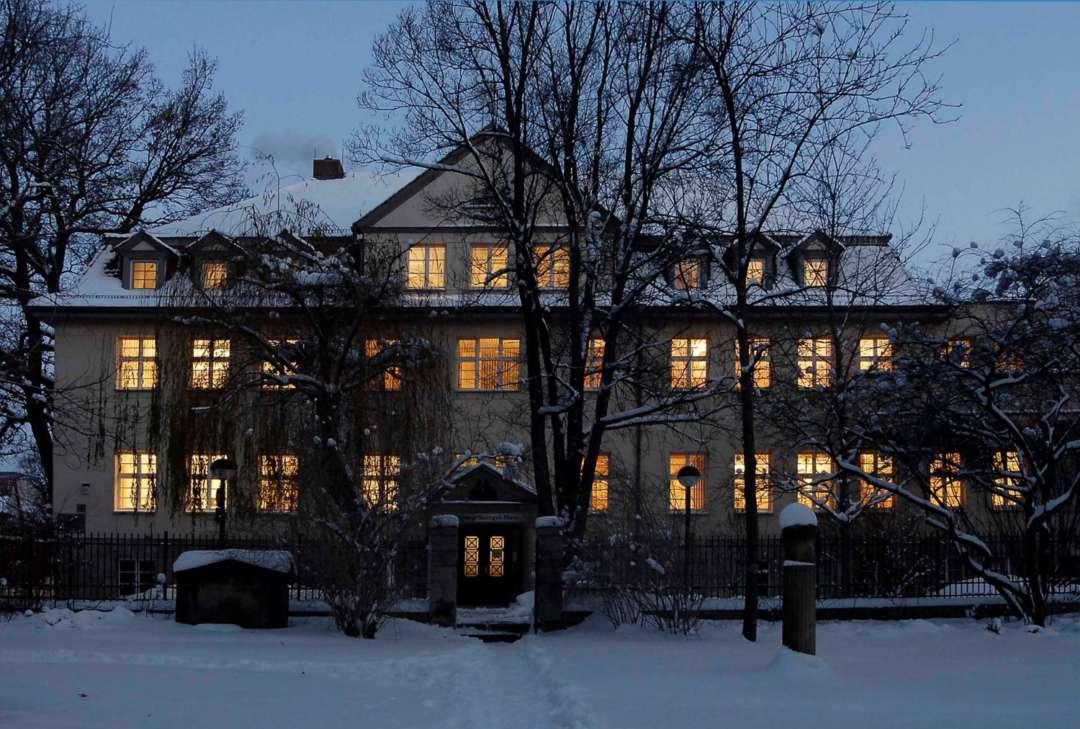 Ansicht des Gebäudes der Forschungsstation für Quartärpaläontologie Weimar mit Schnee in der Dämmerung