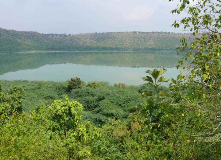 Blick auf den Lonarsee, ein Meteoritenkrater in Zentralindien