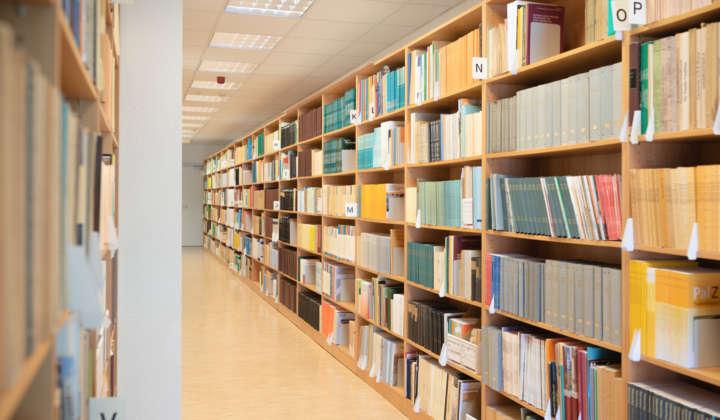 Blick ins Zeitschriftenmagazin der Bibliothek der Abteilung Quartärpaläontologie Weimar