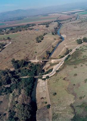 Luftbild der Gesher Benot Ya'aqov Brücke und des /Israel