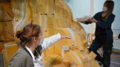 Bianca Trautwein und Hildegard Enting bei der Arbeit am Riffkörper